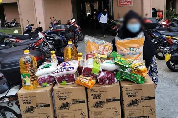 Salahuddin edar lebih 2.5 tan kotak berisi makanan kepada 125 rumah sekitar Pulai