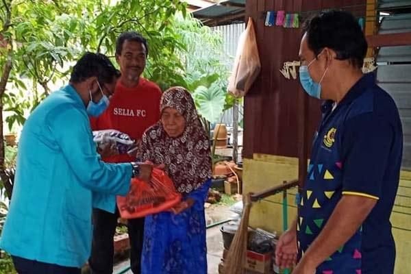 Mantan Penyelaras DUN Serkam hulur sumbangan kepada penduduk Kg Tedong Pantai