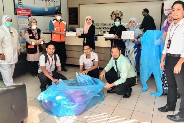 Ahli Parlimen Hulu Langat serah 100 set PPE untuk kegunaan frontliners