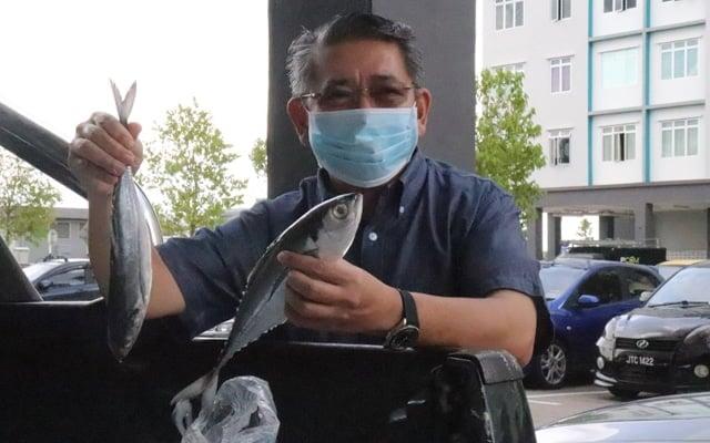 Salahuddin Ayub agih 1.7 tan ikan segar kepada penduduk Pulai