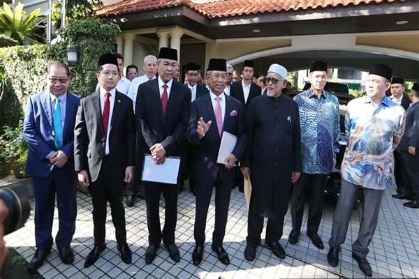 UMNO tak berjawatan bising kritik PN, UMNO berjawatan terkunci mulut