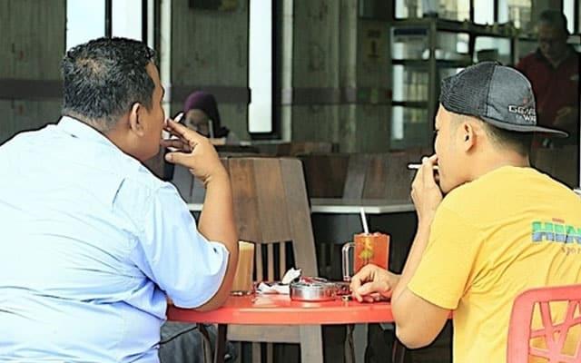 Selepas PH tumbang, asap rokok kembali memenuhi kedai makan