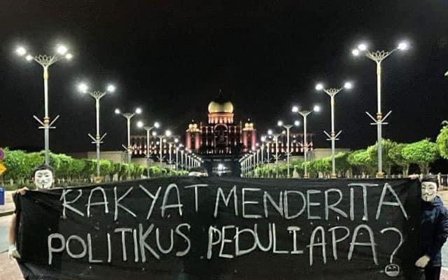 Panas !!! Kain rentang 'rakyat menderita politikus peduli apa?' di Putrajaya