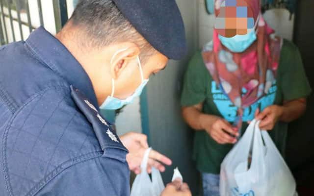 Ditangkap gagal bayar di pasaraya, Polis PJ beli barangan dapur sumbang kepada ibu ini….