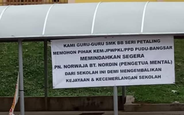 Panas !!! Guru nekad gantung banner minta pihak berkuasa pindahkan 'pengetua mental'