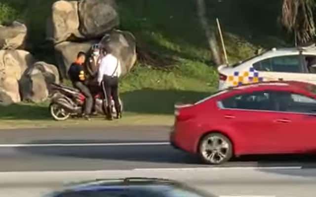 [VIDEO] Netizen viralkan video polis trafik 'tumbuk' penunggang motosikal
