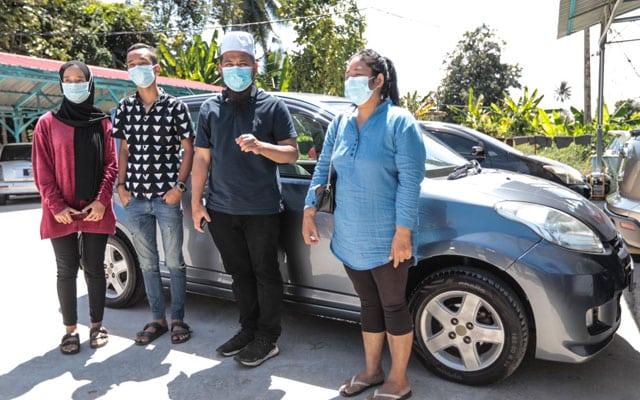 Gong Xi Fa Chai : Ebit Lew serah kereta Myvi dan Tab kepada ibu tunggal di Kota Bharu